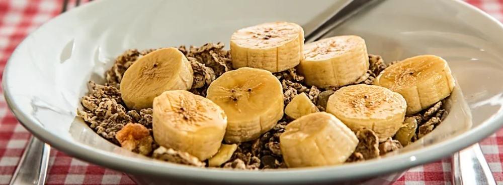 Bananen im Müsli zum Frühstück